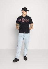274 - SCRIPT TEE - Print T-shirt - black - 1