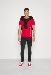 Tommy Hilfiger - SMALL LOGO TEE - Printtipaita - red - 1