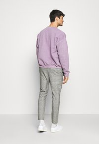 Only & Sons - ONSLINUS CROPPED CHECK PANT  - Kalhoty - medium grey melange - 2