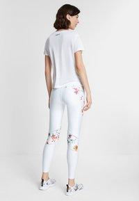 Desigual - TEE FRONT PLEATS GARDENS - T-shirts print - white - 2