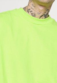 Weekday - GREAT - Camiseta básica - green bright - 4