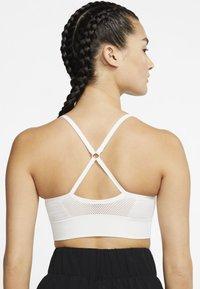 Nike Performance - INDY SEAMLESS BRA - Brassières de sport à maintien léger - summit white/platinum tint - 2