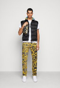 Versace Jeans Couture - RISTOP PRINT BAROQUE - Waistcoat - black - 1