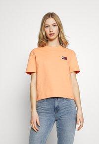 Tommy Jeans - BADGE TEE - Basic T-shirt - melon orange - 0