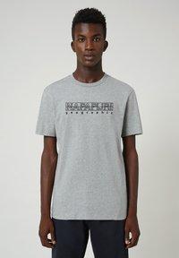 Napapijri - SEBEL  - Print T-shirt - medium grey melange - 0
