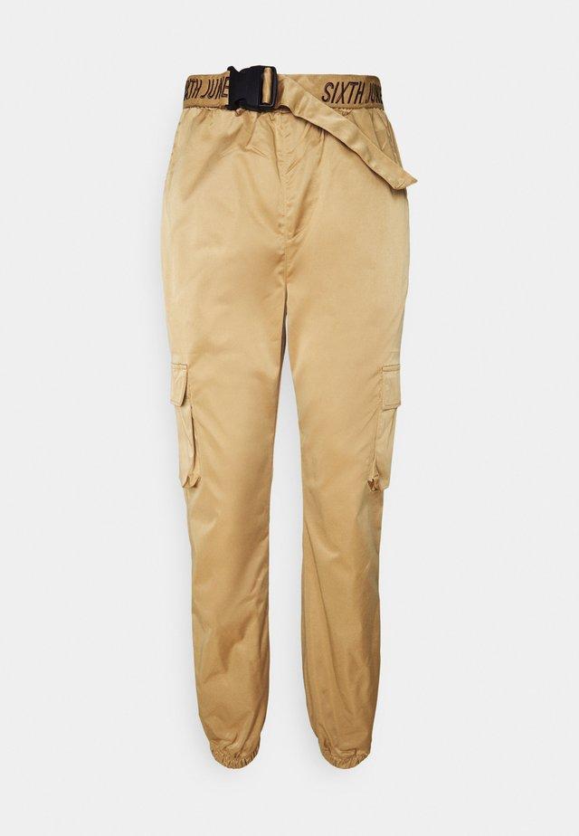 CARGO PANTS - Pantalones - camel