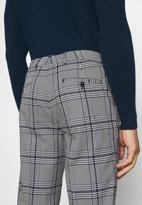 Scotch & Soda - BLAKE CLASSIC PLEATED STRUCTURED - Trousers - combo - 4