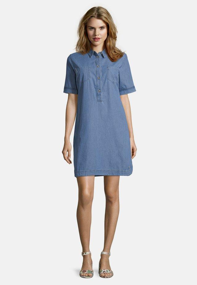 PUBLIC MIT KNOPFLEISTE - Denim dress - light blue denim