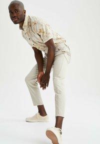 DeFacto - Pantalon classique - beige - 3
