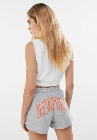 Bershka - MIT PRINT  - Shorts - light grey - 2