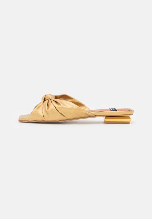 Sandalias planas - libreria oro