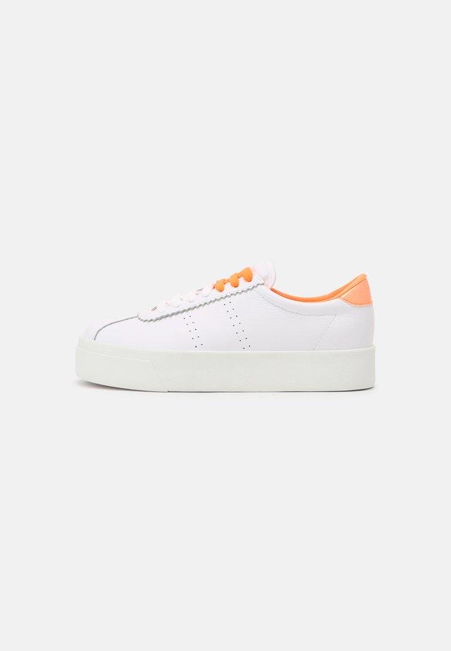 LEAW - Sneakersy niskie - white/orange