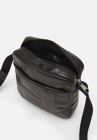 Calvin Klein Jeans - MICRO REPORTER UNISEX - Across body bag - black - 2