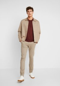 Lindbergh - CLASSIC WITH BELT - Chinot - sand - 1