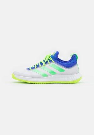 DEFIANT GENERATION TENNIS BOUNCE - Tennisschoenen voor alle ondergronden - footwear white/screaming green/signal green
