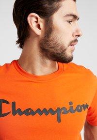 Champion - CREWNECK - Triko spotiskem - orange - 5