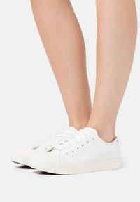 Guess - NIKOLA - Sneakers basse - white - 0