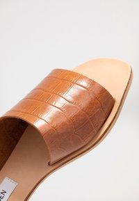Steve Madden - JONNA - Pantofle - brown - 2