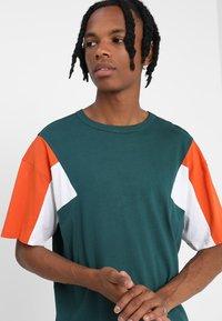Urban Classics - BOXY TEE - Print T-shirt - jasper/rustorange/white - 3