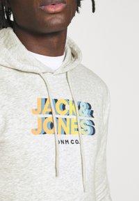 Jack & Jones - JORSTRONG HOOD - Luvtröja - white melange - 3