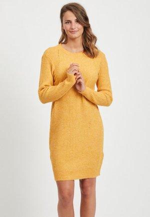Strikket kjole - golden rod