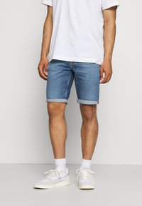 Calvin Klein Jeans - REGULAR - Farkkushortsit - denim medium - 0