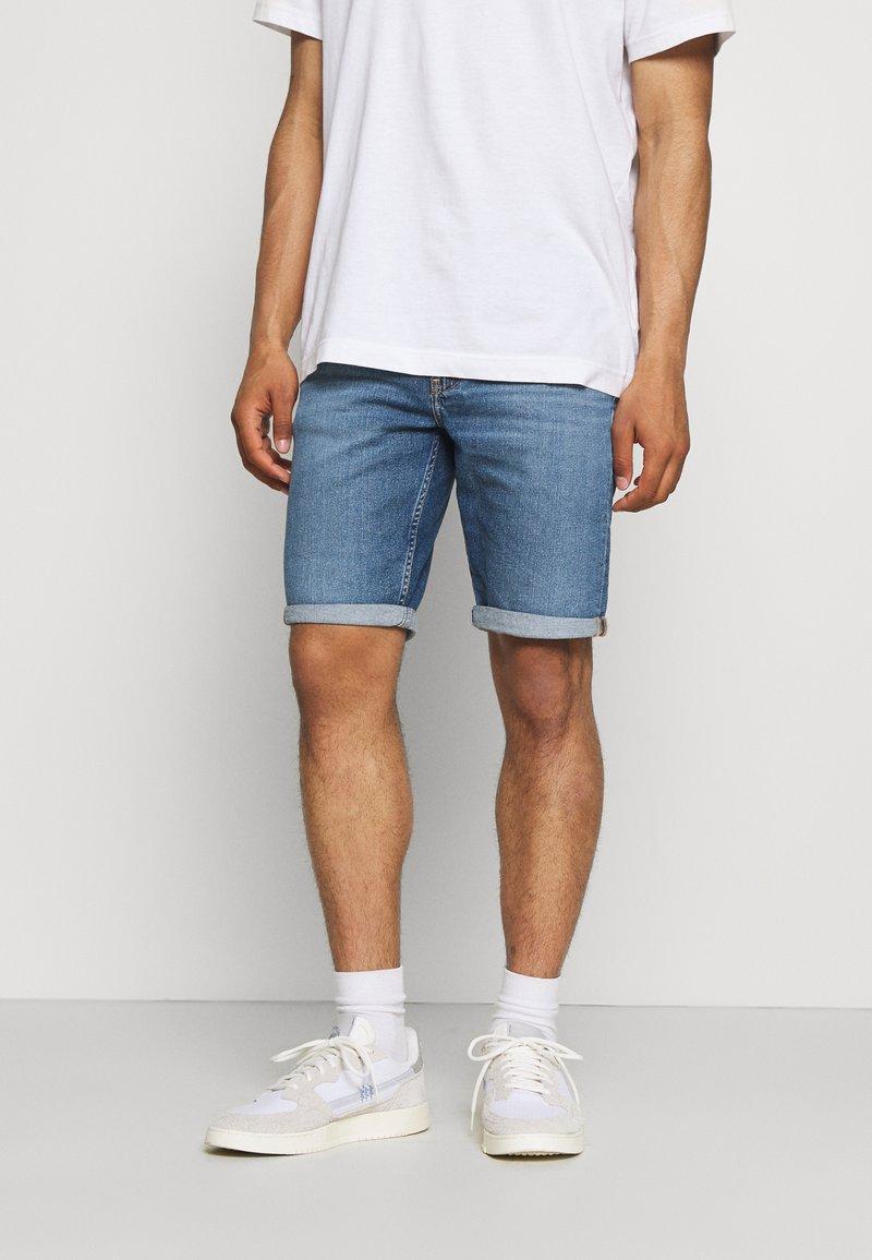 Calvin Klein Jeans - REGULAR - Farkkushortsit - denim medium