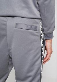 Nike Sportswear - M NSW REPEAT  - Verryttelyhousut - cool grey/black - 6