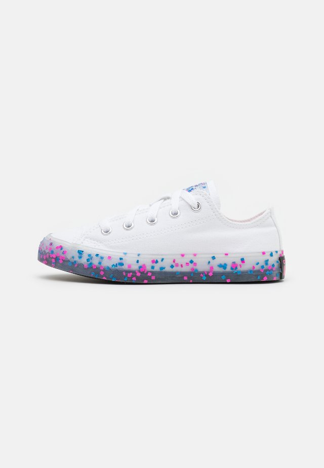 CHUCK TAYLOR ALL STAR TRANSLUCENT CONFETTI - Sneakersy niskie - white/bold pink/black