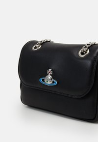 Vivienne Westwood - EMMA SMALL PURSE WITH CHAIN - Kabelka - black - 3