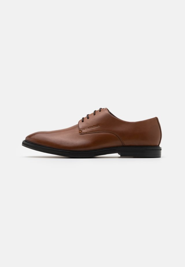 JONES HARLEY LACE UP - Stringate - cognac