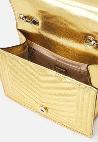 Guess - LIDA CONVERTIBLE XBODY FLAP - Håndtasker - gold-coloured - 2
