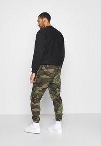 Jordan - JUMPMAN AIR CAMO PANT - Pantaloni sportivi - medium olive/total orange - 2