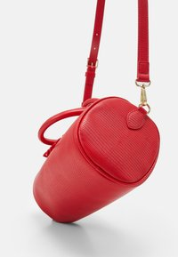 Love Moschino - TOP HANDLE CROC BAGUETTE CROSSBODY WITH TONAL CHAIN - Handbag - rosso - 4