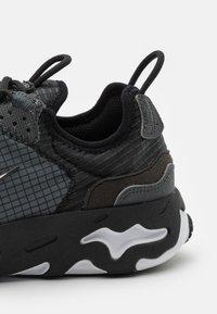 Nike Sportswear - REACT LIVE UNISEX - Matalavartiset tennarit - black/white/dark smoke grey - 5