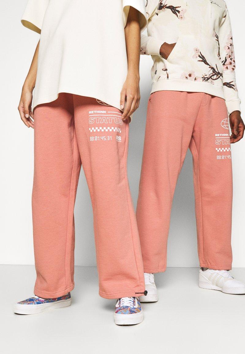 RETHINK Status - UNISEX  - Pantalon de survêtement - light mahogany