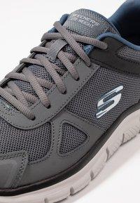 Skechers Wide Fit - TRACK SCLORIC - Sneakers basse - grey/navy - 5