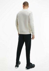Calvin Klein - FLOCK BOX LOGO - Sweatshirt - bleached stone - 2