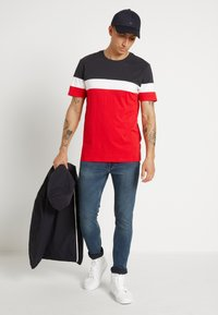 Only & Sons - ONSBAILEY  - T-shirt con stampa - dark navy/racing red
