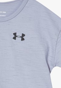 Under Armour - CHARGED TAPED - T-shirt z nadrukiem - purple dusk/black - 2