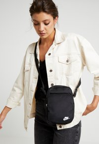 Nike Sportswear - HERITAGE UNISEX - Across body bag - black - 5
