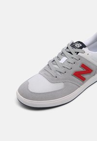 New Balance - AM425 UNISEX - Zapatillas - grey/red - 6