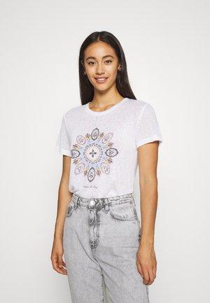 ONLPIPER REG BOX - T-shirts med print - bright white/mare