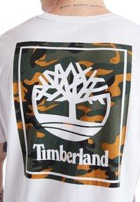 Timberland - SS BACK LOGO CAMO - Print T-shirt - white - 3