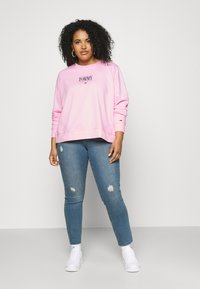 Tommy Jeans Curve - ESSENTIAL LOGO CREW - Sweatshirt - romantic pink - 1