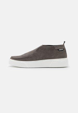 BRUNT - Nazouvací boty - london grey