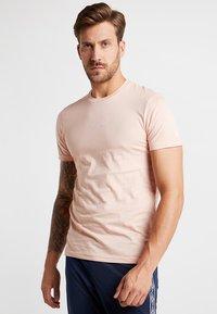 New Era - ESSENTIAL TEE - Print T-shirt - mottled pink - 0