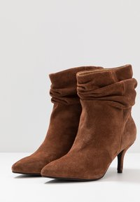 Shoe The Bear - AGNETE SLOUCHY - Classic ankle boots - brown - 4