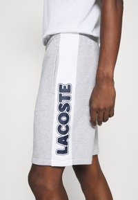 Lacoste - Spodnie treningowe - argent chine/blanc/noir - 5