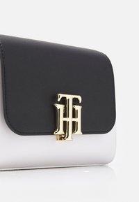 Tommy Hilfiger - LOCK SMALL SATCHEL - Handbag - blue - 3